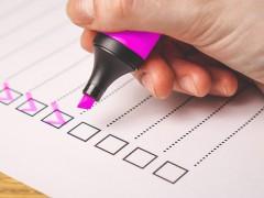 Checkliste, bei der einzelne Checkboxen mit einem pinken Marker abgehakt werden