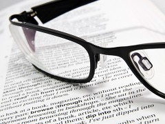 Brille auf einem Buch
