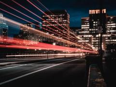 Zeitrafferaufnahme einer befahrenen Straße am Abend in Ottawa