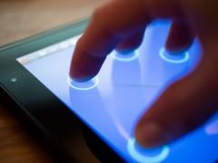 Vier Finger markieren Punkte auf einem Touchscreen