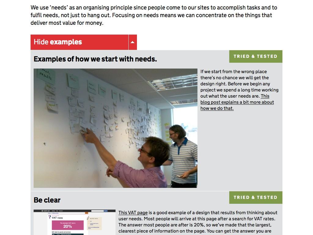Webteam der britischen Regierung ordnet Inhalte mit Zettel auf einer Flipchart